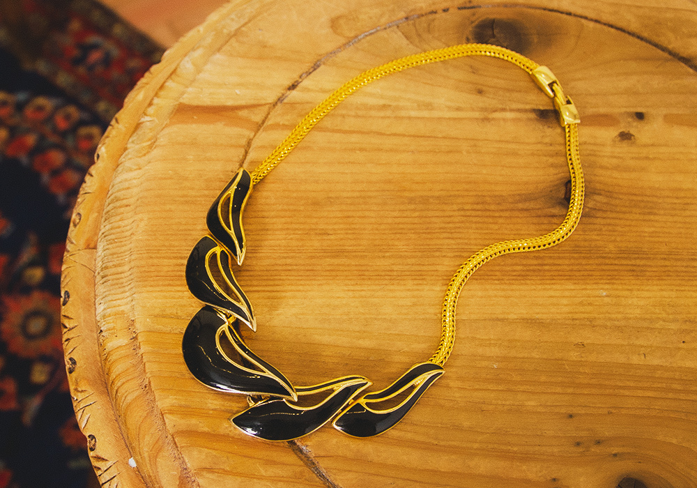 Black×Gold Nuance Leaf Necklace
